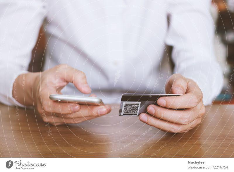 Frauenhände, die Kreditkarte halten und Smartphone verwenden Lifestyle kaufen Dekoration & Verzierung Büro Geldinstitut Business Telefon PDA Mensch Erwachsene