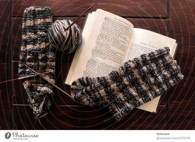 Winterbeschäftigung Erholung ruhig Freizeit & Hobby lesen Handarbeit stricken Strümpfe Buch Wolle Wollknäuel wollig Wollsocke Stricknadel Strickmuster Wärme