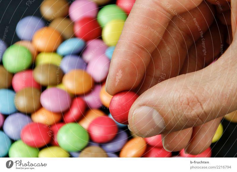 Superfood Süßwaren Mann Erwachsene Finger 30-45 Jahre berühren festhalten Gesundheit mehrfarbig Glaube Religion & Glaube Sucht Tablette rot Schokolinsen Diät