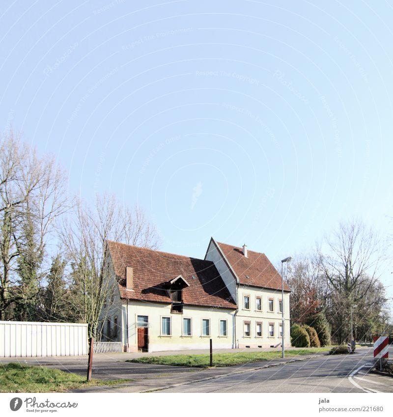 anwesen Himmel Baum Pflanze Haus Straße Herbst Fenster Gras Wege & Pfade Gebäude Architektur Umwelt Sträucher Dach Asphalt