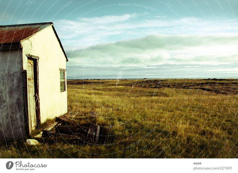 Haus Ferne Freiheit Natur Landschaft Himmel Wolken Horizont Wiese Menschenleer Hütte Ruine Fassade Fenster Tür alt Einsamkeit Verfall Vergangenheit