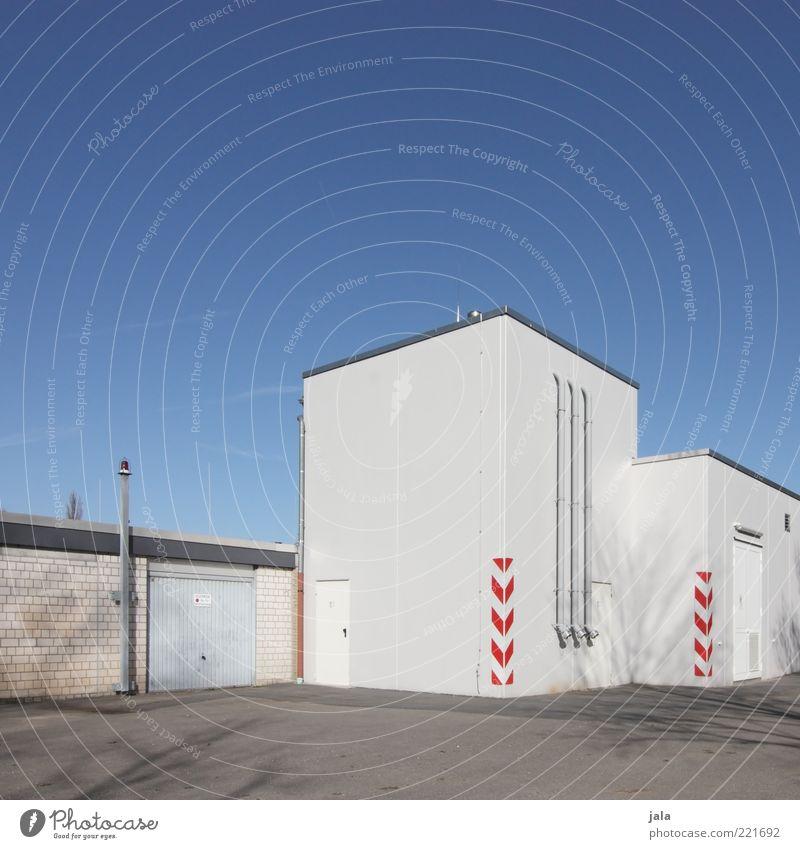 anschlussstelle Himmel Industrieanlage Platz Bauwerk Gebäude Architektur Mauer Wand Fassade Sauberkeit blau grau weiß Farbfoto Außenaufnahme Menschenleer