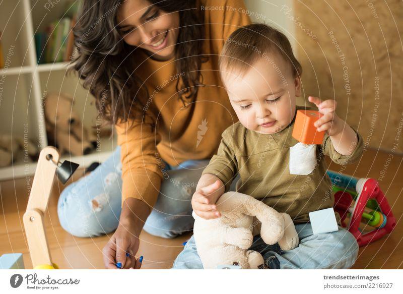 Mutter, die mit ihrem Baby - Bildungsverfahrenskonzept spielt Freude Glück schön Spielen Haus Kind Schule Kleinkind Frau Erwachsene Eltern