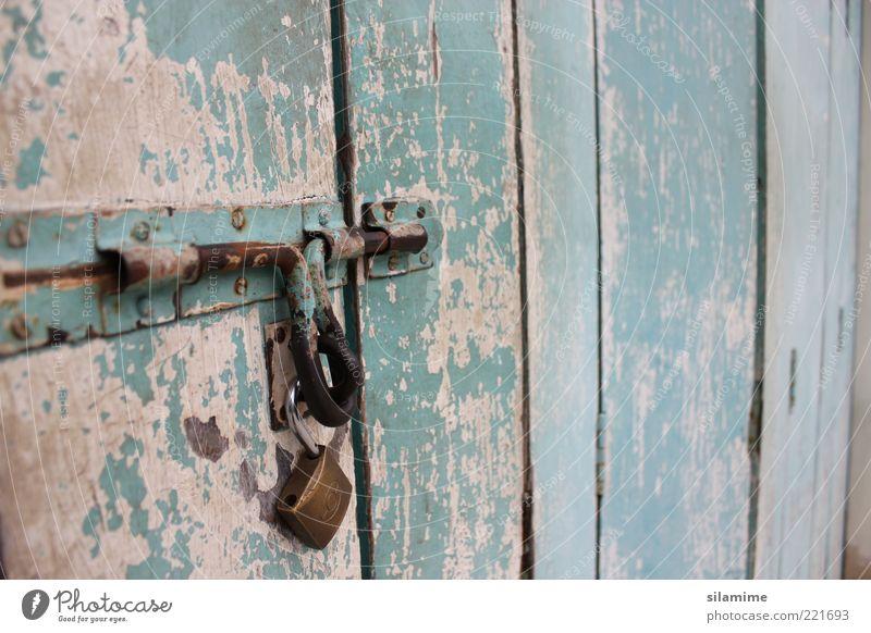 Nostalgiebolzen Holz Metall Stahl Schloss Schlüssel alt nah retro blau braun Sicherheit Schutz Einsamkeit Gefühle Vergangenheit Farbfoto Außenaufnahme