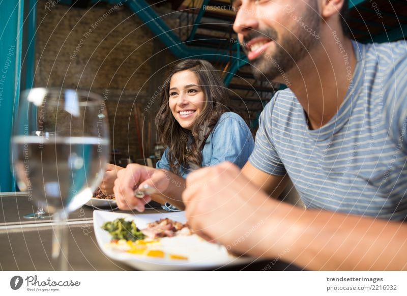 Paare, die am rustikalen feinschmeckerischen Restaurant zu Mittag essen Frau Ferien & Urlaub & Reisen Mann schön Erwachsene Essen Architektur Liebe Stil