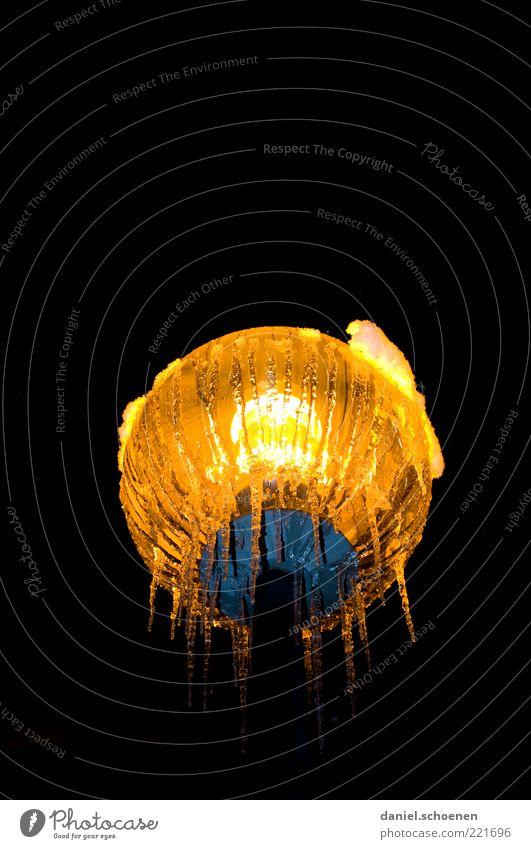 die Lampe an Winter schwarz gelb Lampe dunkel Eis Frost Klima leuchten Laterne Straßenbeleuchtung Eiszapfen Nacht Natur