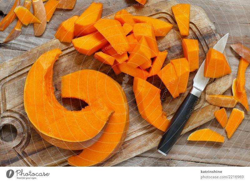 Kürbisscheiben auf einem weißen hölzernen Hintergrund Gemüse Ernährung Essen Vegetarische Ernährung Erntedankfest Halloween Herbst frisch natürlich gelb