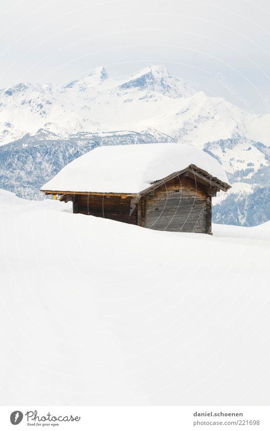 Hasliberg Winter Schnee Alpen Berge u. Gebirge Schneebedeckte Gipfel Hütte hell blau weiß Schweiz Gedeckte Farben Textfreiraum oben Textfreiraum unten High Key