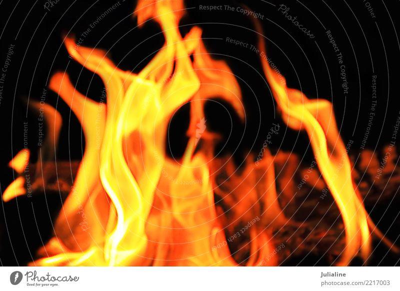 rote Flamme auf dem schwarzen Hintergrund Herd & Backofen Bewegung hell gelb Energie Farbe Feuer erwärmen Brandwunde Großbrand orange verbrannt lodernd Hölle