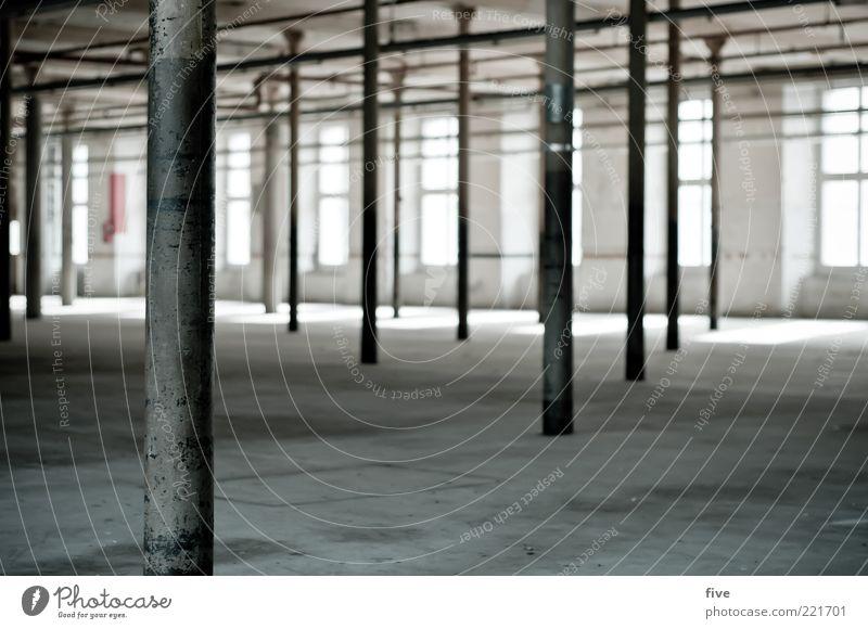 intérieur Arbeitsplatz Fabrik Wirtschaft Industrieanlage Bauwerk Gebäude Mauer Wand Fenster alt groß kalt Säule Saal Raum Licht Boden Decke Farbfoto