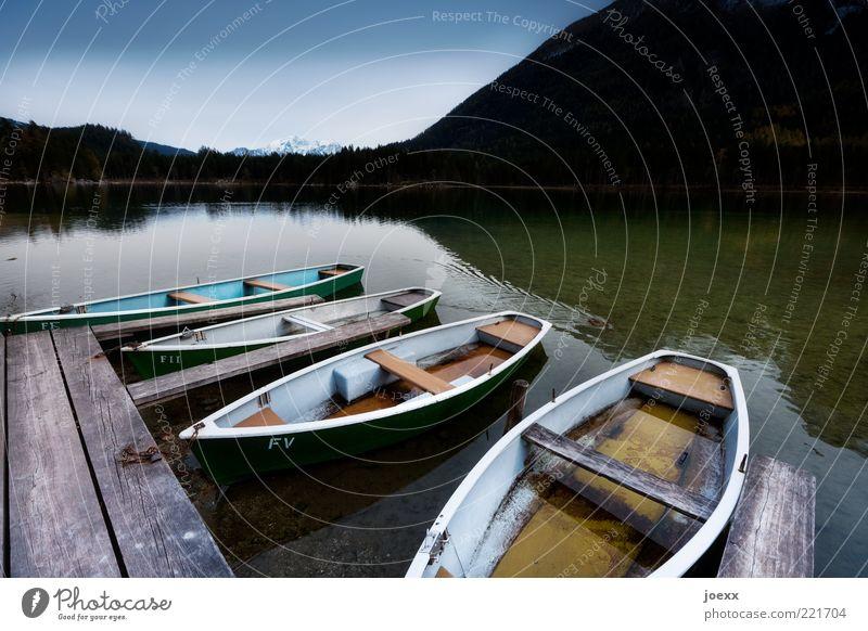 Bootsfahrt mit nassen Füßen Natur alt weiß grün blau ruhig schwarz Ferne Berge u. Gebirge Holz See Alpen Idylle Steg Anlegestelle Wasserfahrzeug