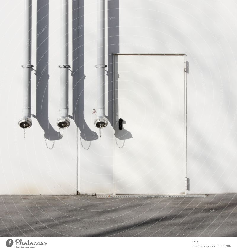 wasseranschluss Industrie Bauwerk Gebäude Architektur Mauer Wand Fassade Eisenrohr Anschluss Tür grau weiß Farbfoto Außenaufnahme Detailaufnahme Menschenleer