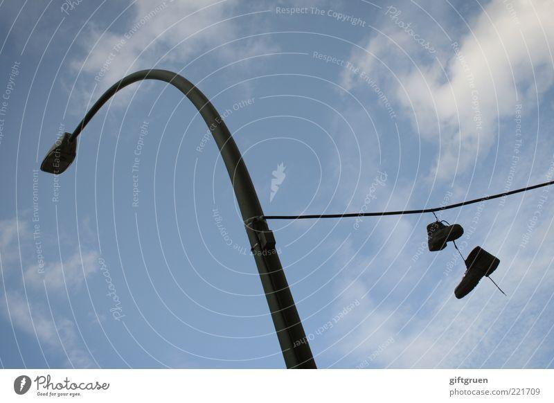 abhängen Schuhe Stiefel Wanderschuhe lustig Kreativität Laterne Beleuchtung Straßenbeleuchtung Leitung Seil paarweise Himmel Wolken baumeln Schnürstiefel