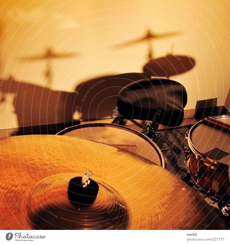 Komme gleich wieder Musik Schlagzeug Musikinstrument Trommel Snare Becken Hocker Holz Metall Kunststoff Leder warten Vorsicht geduldig ruhig ruhen Pause
