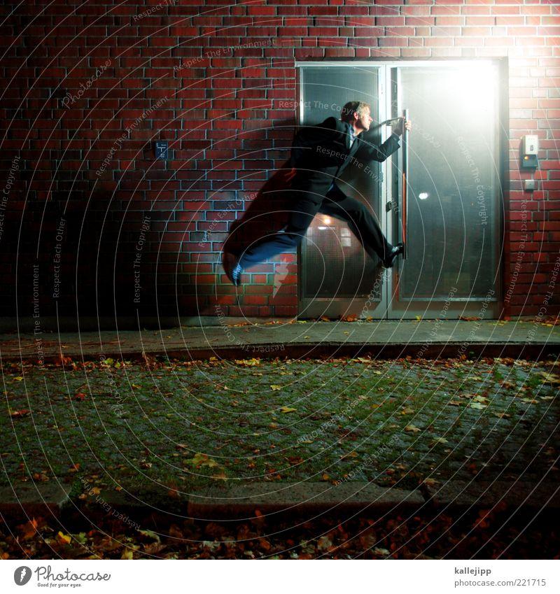 men at work Mensch Mann Erwachsene Leben 1 30-45 Jahre Mauer Wand Fassade Tür Anzug rennen springen Geschäftsleute Eile Geschwindigkeit Feierabend Backstein