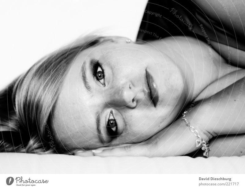 Verträumt feminin Junge Frau Jugendliche Erwachsene Kopf Haare & Frisuren Gesicht Auge Nase Mund Lippen 1 Mensch 18-30 Jahre Gefühle ruhig Müdigkeit Unlust