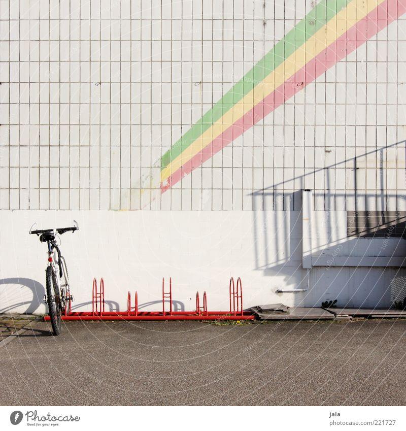 fahr mit mir nach pan-afrika grün rot gelb Gebäude Fahrrad Fassade Platz Asphalt Streifen Fliesen u. Kacheln Bauwerk Geländer Fahrradständer Fahrradparkplatz