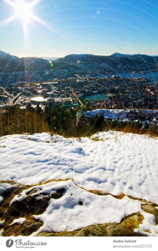 Bergen · Norwegen Himmel weiß grün blau Stadt Sonne Ferne Schnee Freiheit Berge u. Gebirge Landschaft Horizont Europa leuchten frieren genießen