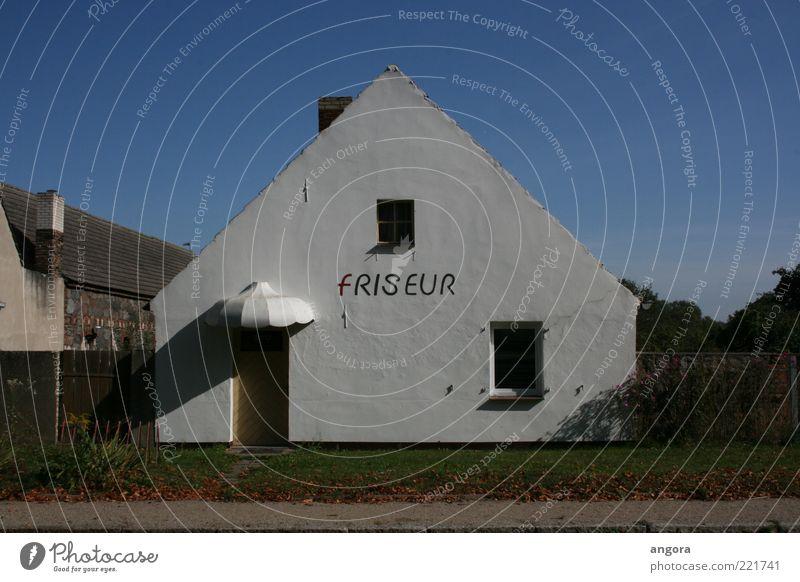 Friseursalon alt weiß Haus dunkel Wiese Wand Fenster Mauer Gebäude Tür Armut Fassade trist Schriftzeichen Vergänglichkeit einzigartig