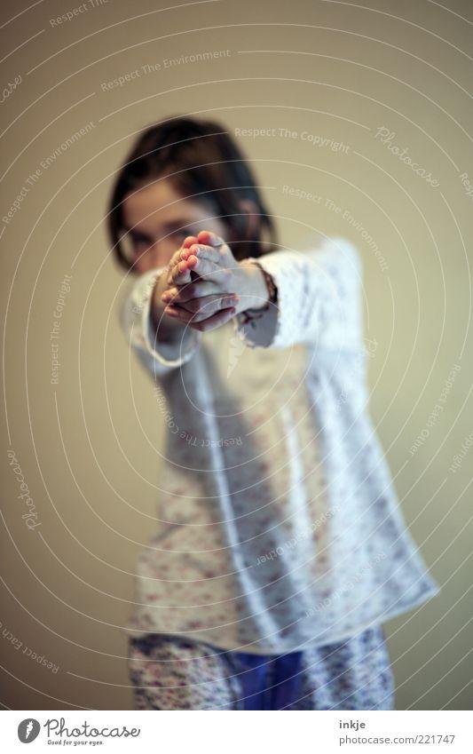 PENG ! Hand Mädchen Freude dunkel Spielen lustig Kindheit verrückt Coolness bedrohlich Ziel Wut Mut Konflikt & Streit Kind gestikulieren