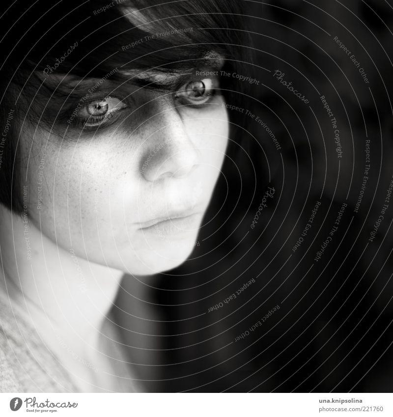 sigh Frau Mensch Jugendliche feminin Gefühle träumen Traurigkeit Angst Erwachsene Porträt einzigartig gruselig Müdigkeit nachdenklich Todesangst