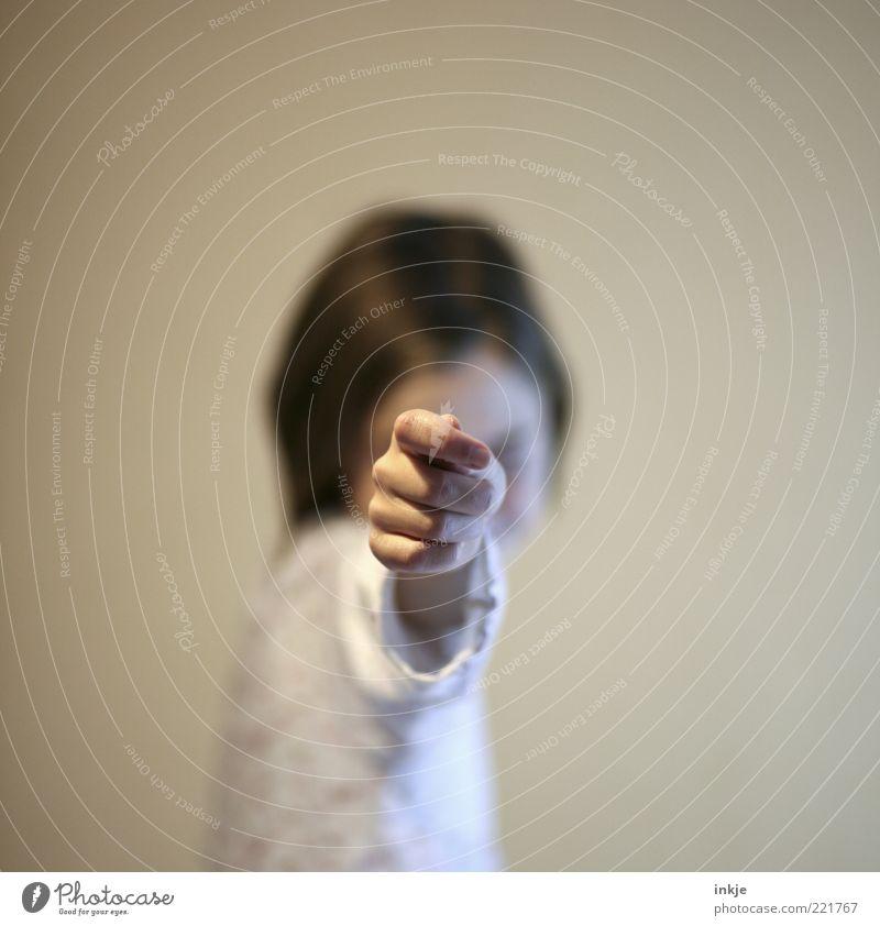 en garde ! Spielen Kinderspiel herausfordernd kämpfen Mädchen Hand Coolness frech rebellisch Entschlossenheit bedrohlich Genauigkeit Kindheit zielen