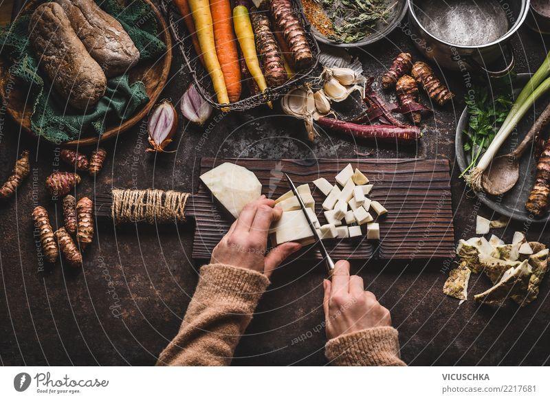 Hände schneiden Gemüse auf rustikalem Küchentisch Frau Gesunde Ernährung Hand feminin Stil Lebensmittel Design Häusliches Leben Restaurant Bioprodukte Messer