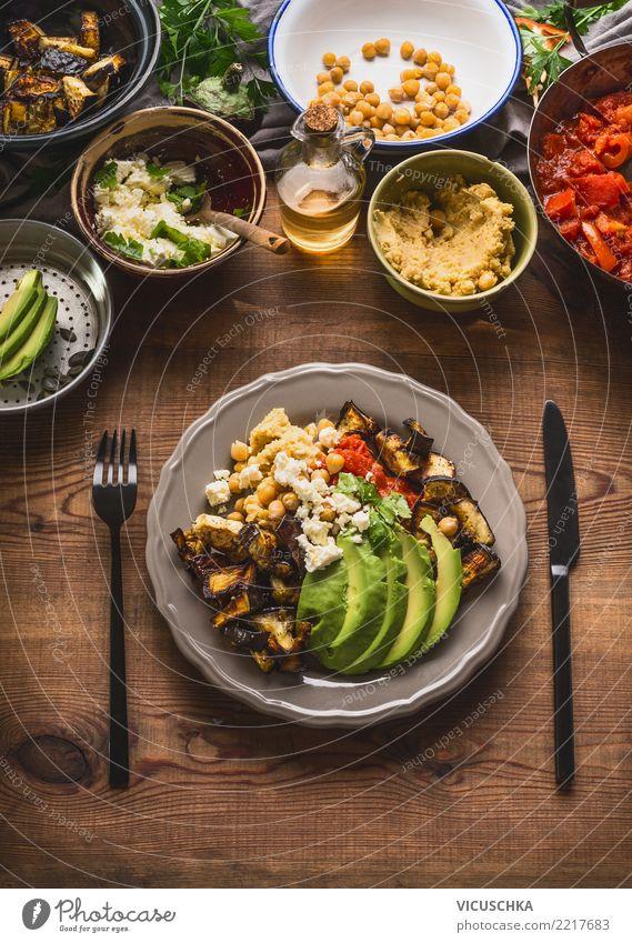 Teller mit Besteck und verschiedenen Salat Lebensmittel Gemüse Salatbeilage Ernährung Mittagessen Büffet Brunch Bioprodukte Vegetarische Ernährung Diät Geschirr