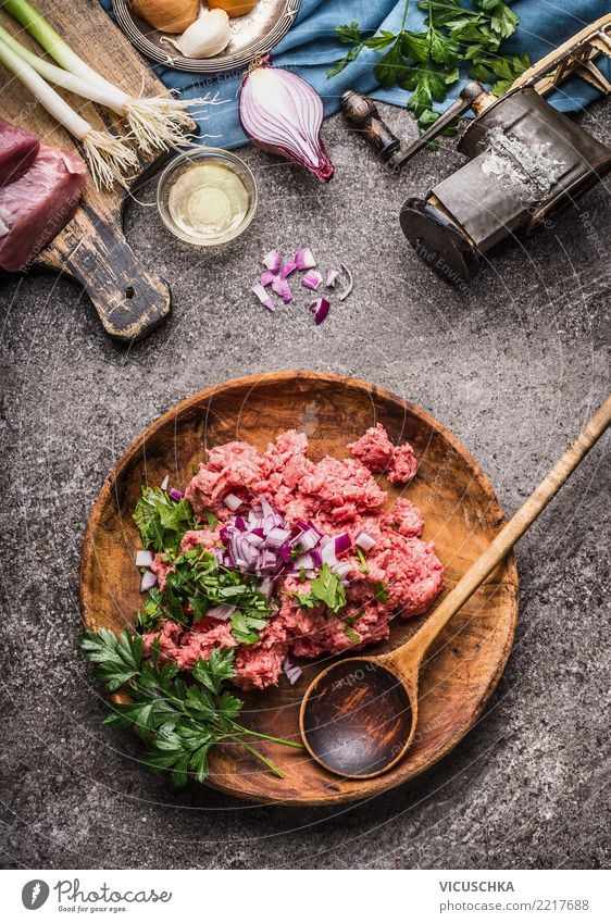 Rohes Hackfleisch,in Schüssel mit Löffel Lebensmittel Fleisch Kräuter & Gewürze Ernährung Bioprodukte Geschirr Teller Schalen & Schüsseln Design