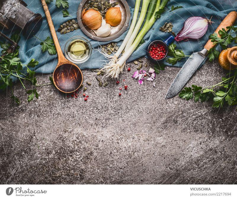 Kochlöffel mit Messer und Kochzutaten Lebensmittel Gemüse Salat Salatbeilage Suppe Eintopf Kräuter & Gewürze Öl Ernährung Bioprodukte Vegetarische Ernährung