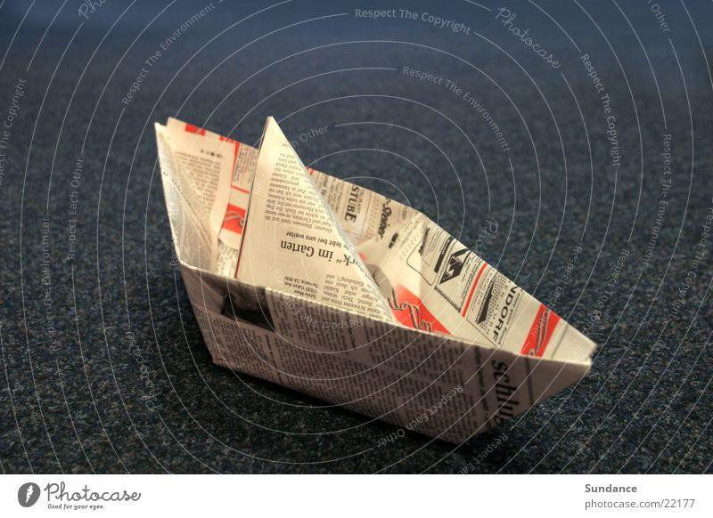 Papierschiffchen blau Wasserfahrzeug Zeitung Spielzeug Dinge Basteln gefaltet