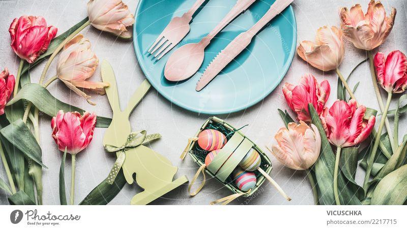 Ostertisch Dekoration mit Tulpen, Hase und Eier Festessen Geschirr Teller Besteck Stil Design Häusliches Leben Tisch Restaurant Feste & Feiern Ostern Frühling