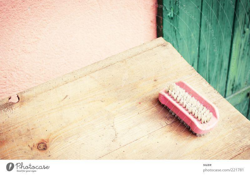 Bürste Tisch Holz alt authentisch dreckig einfach retro Sauberkeit trist trocken grün rosa Nostalgie Ordnung Vergangenheit Vergänglichkeit Wand Holztisch