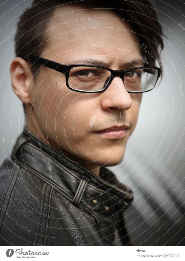 Sergej maskulin Mann Erwachsene 1 Mensch Schönes Wetter Jacke Lederjacke Brille brünett kurzhaarig langhaarig beobachten Denken Blick warten selbstbewußt