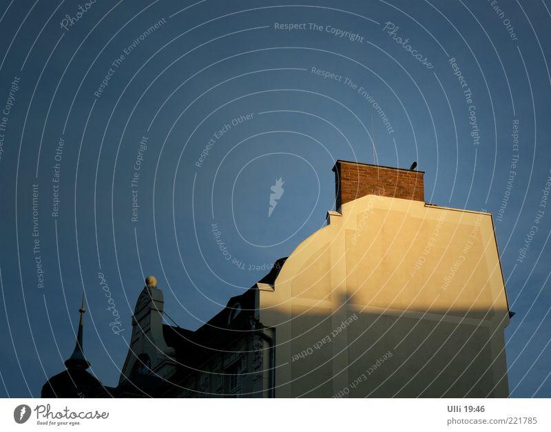 Sonnenuntergang im November. ruhig Himmel Wolkenloser Himmel Sonnenaufgang Schönes Wetter Altstadt Menschenleer Haus Gebäude Mauer Wand Fassade Dach Schornstein