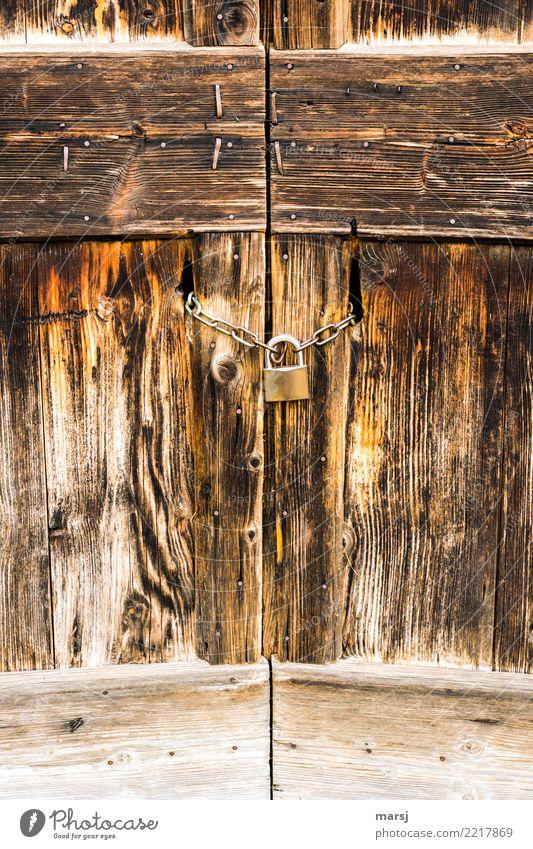 Wegen zu, geschlossen Tür Tor Vorhängeschloss Eisenkette Holz alt braun Einsamkeit Symmetrie Maserung verwittert Holztor Farbfoto mehrfarbig Außenaufnahme