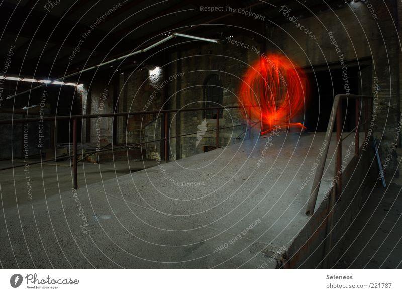 Bowlingbahn Industrieanlage Fabrik Ruine Bauwerk Gebäude Kugel glänzend leuchten Lichtspiel Farbfoto Innenaufnahme Kunstlicht Lichterscheinung