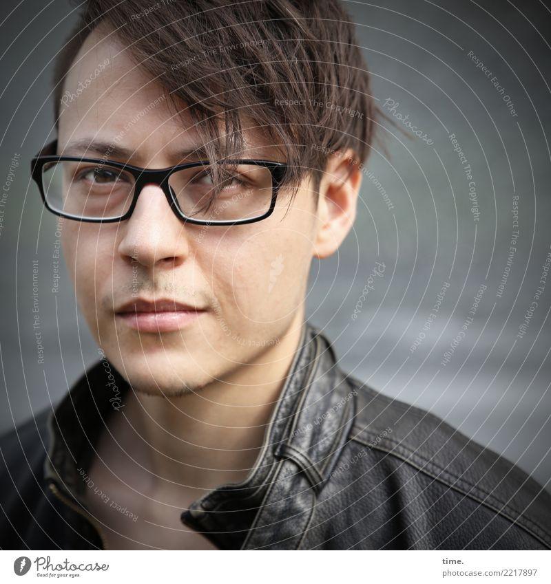 . maskulin Mann Erwachsene 1 Mensch Jacke Lederjacke Brille brünett kurzhaarig beobachten Denken Blick warten selbstbewußt Coolness Willensstärke Mut