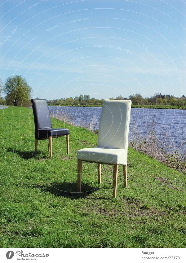 Dialog der Stühle Stuhl schwarz weiß Einsamkeit Fluss Wasser Landschaft Natur