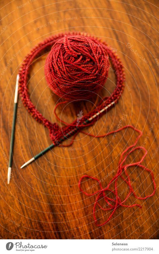 vorher Sinnesorgane ruhig Freizeit & Hobby Spielen Handarbeit stricken weich rot Wollknäuel wollig Wolle Nähgarn Stricknadel Farbfoto Innenaufnahme