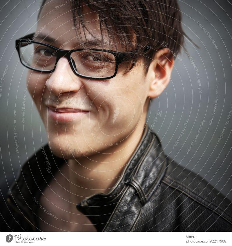 . maskulin Mann Erwachsene 1 Mensch Jacke Lederjacke Brille brünett kurzhaarig beobachten entdecken Lächeln Blick Freundlichkeit schön Gefühle Zufriedenheit