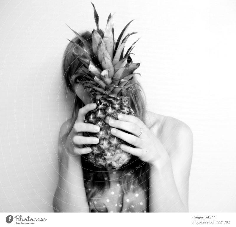 siehst du mich? Mensch Hand Jugendliche schön Auge feminin Haare & Frisuren Kopf Frucht Finger Stoff Punkt festhalten berühren verstecken Wachsamkeit