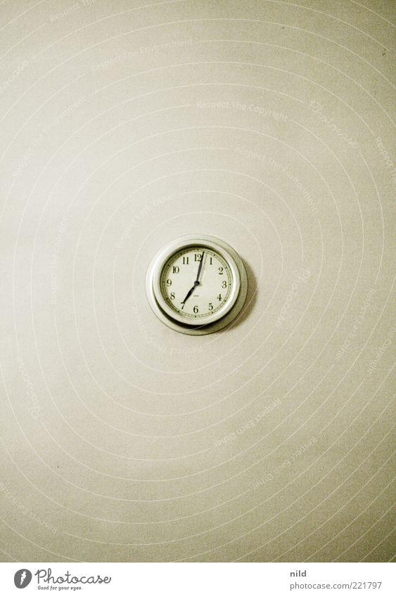 07:02 pm einrichten Innenarchitektur Dekoration & Verzierung Uhr Wanduhr Uhrenzeiger rund Kreis Mitte alt Bewegung drehen warten weiß Erwartung Ordnung