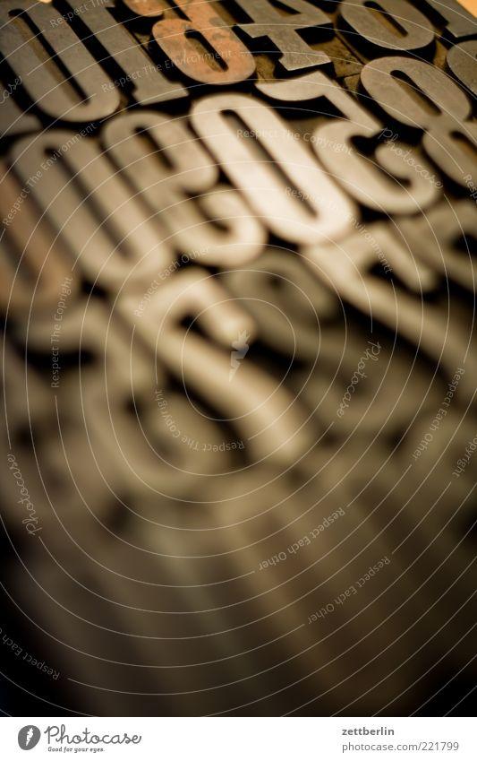 Zahlen Printmedien Zeichen Ziffern & Zahlen Buchstaben Druckerei November Setzerei Typographie wallroth Farbfoto Nahaufnahme Detailaufnahme Makroaufnahme