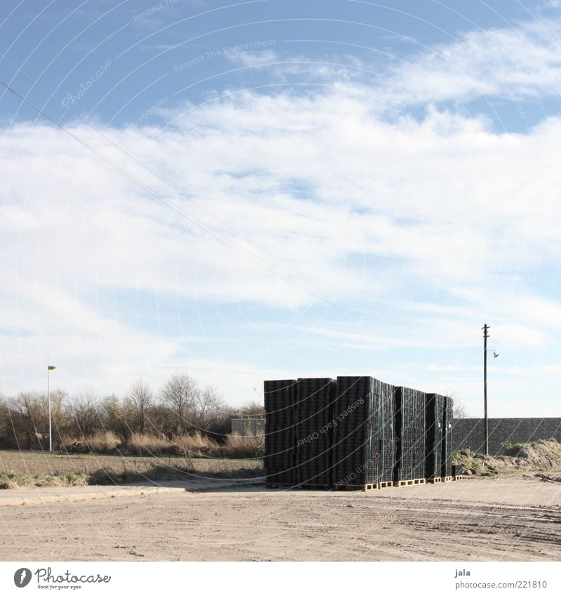 baustelle Baustelle Landschaft Himmel Wolken Pflanze Baum Sträucher Laterne blau schwarz Stein Stapel Paletten beige Farbfoto Außenaufnahme Menschenleer