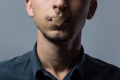 Pflaster des Schweigens Mensch Jugendliche ruhig 18-30 Jahre Erwachsene Kopf maskulin frei Mund einfach geheimnisvoll Risiko Stress Meinung Verbote Heftpflaster