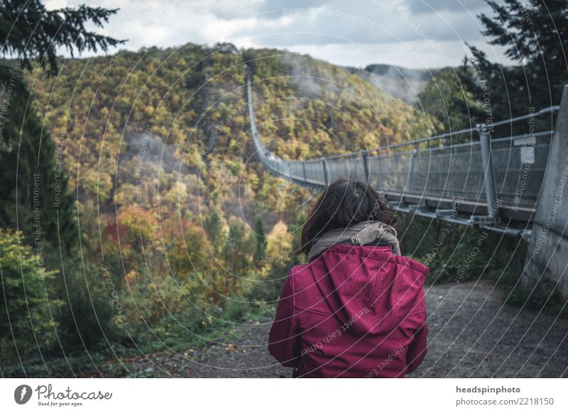 Frau vor der Geierlay Hängebrücke im Herbst Mensch Ferien & Urlaub & Reisen Jugendliche Landschaft Wolken Berge u. Gebirge 18-30 Jahre Erwachsene feminin