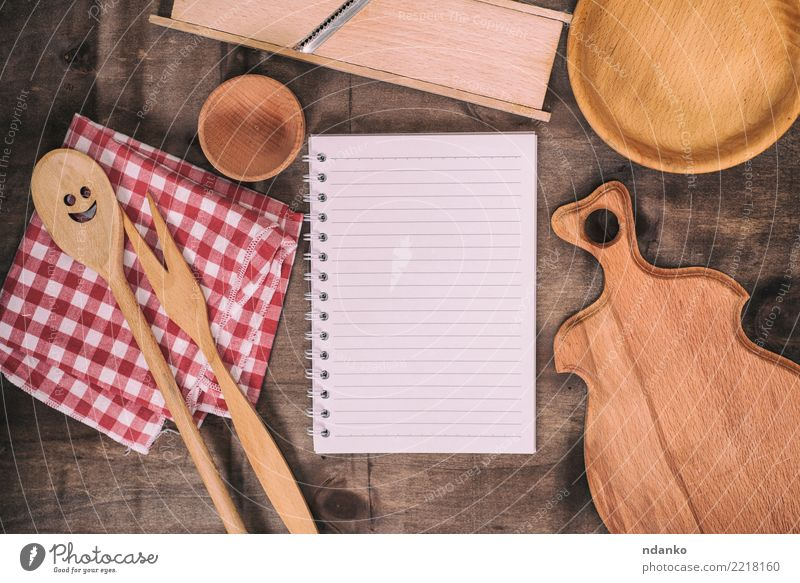 leeres weißes Notizbuch in einer Linie Schalen & Schüsseln Gabel Löffel Tisch Buch Papier Holz alt braun rot Tischwäsche Mahlzeit Kochbuch blanko Entwurf Top