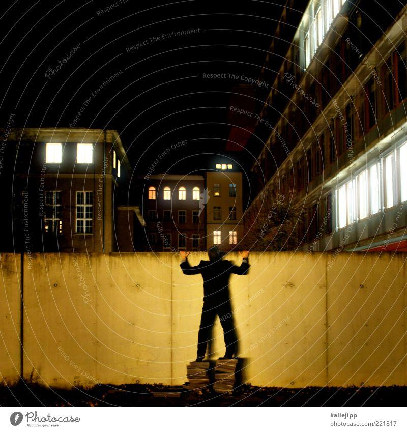 industriespionage Mensch Mann Stadt Haus Erwachsene Wand Mauer Fassade stehen beobachten Neugier geheimnisvoll Anzug Interesse Verbote Voyeurismus