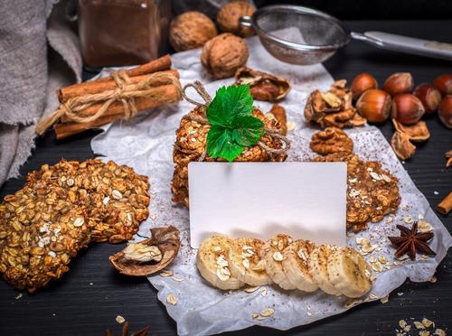 Ookies aus Haferflocken weiß schwarz gelb Holz braun Ernährung Energie Postkarte Frühstück Tradition Dessert Backwaren Essen zubereiten Diät Mittagessen